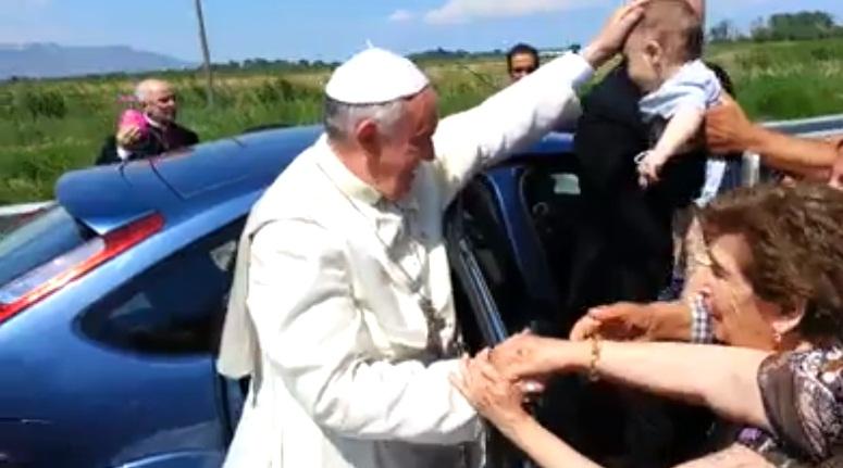 Mesajul unui român l-a oprit pe Papa Francisc din drum