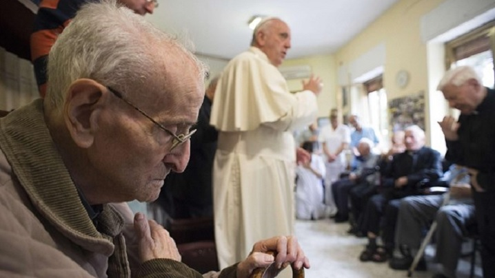 Preoți vârstnici și suferinzi vizitați de papa Francisc