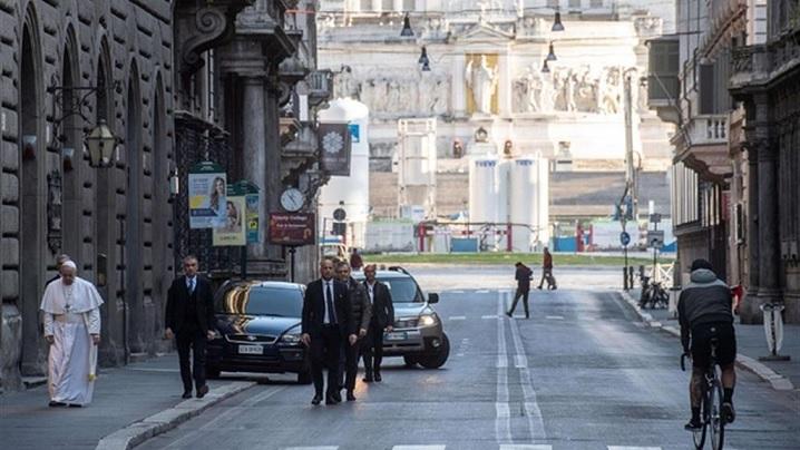 """Video: Papa Francisc, """"pelerin"""" în rugăciune pe străzile Romei pentru încetarea pandemiei"""