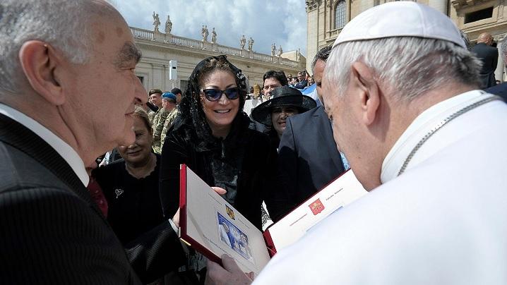 Papa Francisc a salutat delegația Romfilatelia și așteaptă cu nerăbdare să vină în România