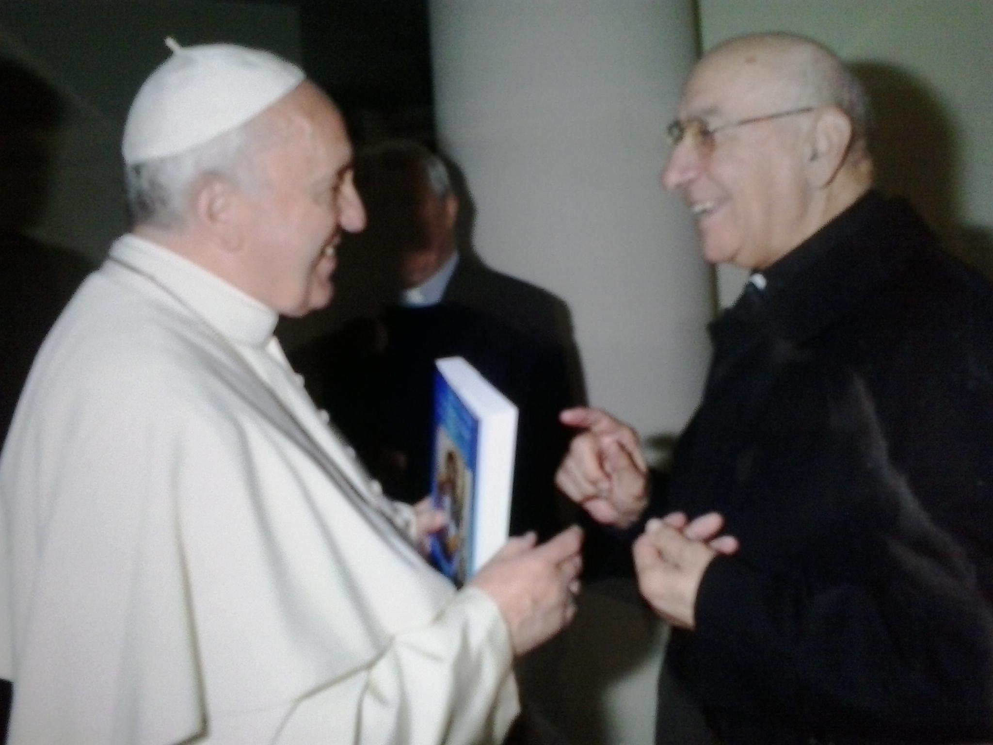 În mâinile Papei Francisc o carte în care este amintită şi Biserica Greco-Catolică din România
