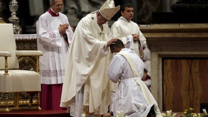 """Papa a sfințit 19 preoți: """"Predicile să nu fie plictisitoare!"""""""