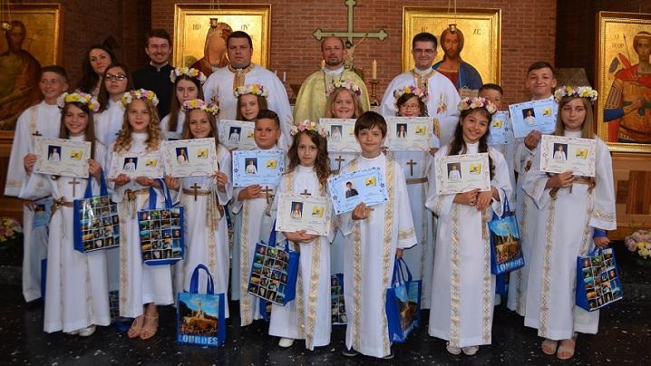 FOTO: Prima Împărtăşanie solemnă în comunitatea greco-catolică română din Paris