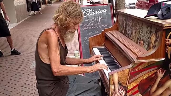 Pianistul fără adăpost și-a reîntâlnit fiul datorită internetului