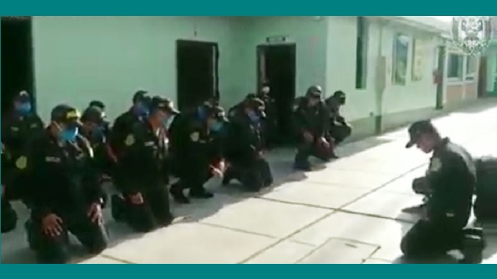 Video: În genunchi printre lacrimi, polițiștii imploră protecția lui Dumnezeu