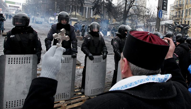 UCRAINA: de ce au rămas preoții alături de manifestanți în Piața Maidan?