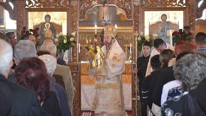 Foto: Preasfinția Sa Claudiu în mijlocul credincioșilor Parohiei Blaj II