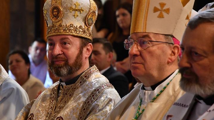 Nunțiul Apostolic în Franța şi PS Claudiu în mijlocul credincioșilor români de la Paris