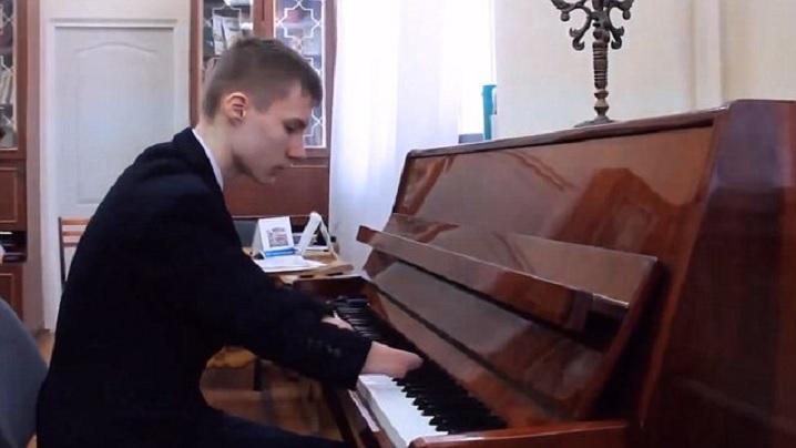 Născut fără mâini, la 15 ani devine unul dintre cei mai valoroși pianiști din lume