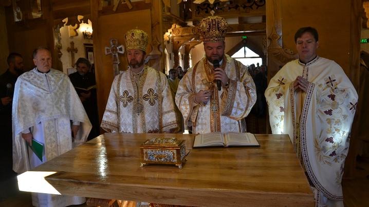 FOTO: Doi ierarhi greco-catolici la sfințirea noii biserici din Săpânța