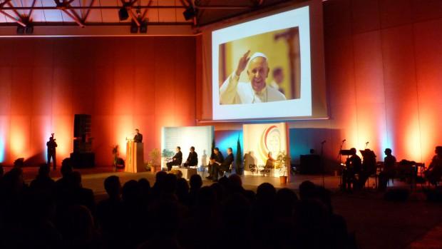 Papa Francisc îi încurajează pe viitori slujitori ai altarului din Franţa