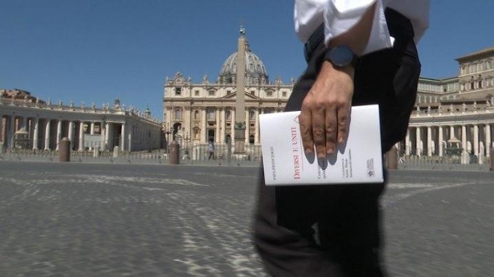 """""""Cu privirea lui Isus"""": text inedit al Papei Francisc în cartea """"Diferiți și uniți. Com-unic, deci sunt"""""""