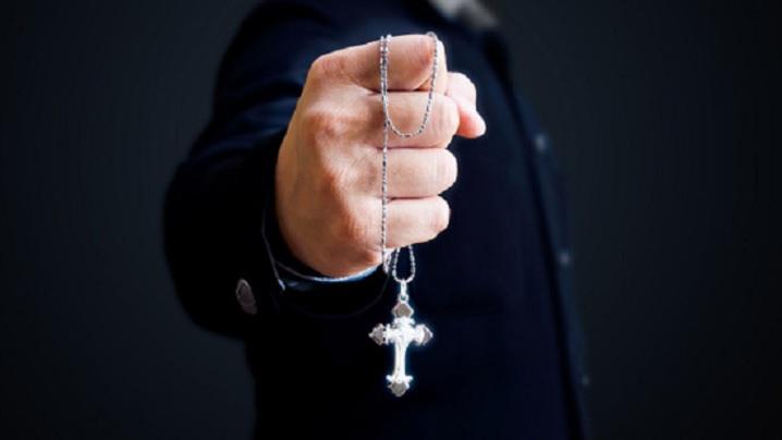 """Un exorcist avertizează asupra pericolului de a """"vorbi"""" cu morții"""