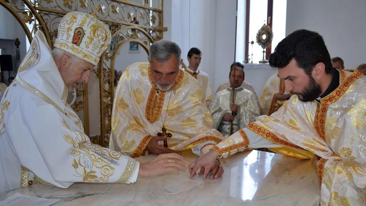 """S-a sfințit o nouă barcă a lui Cristos, în duminica «Pescuirii minunate»: biserica """"Sf. Petru şi Pavel"""" din Beclean"""