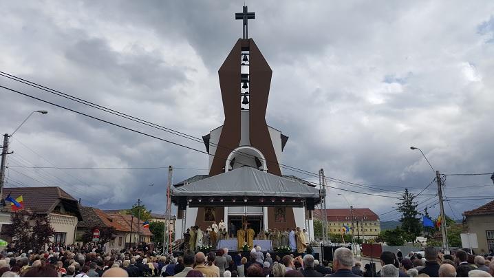 """FOTO: Sfințirea bisericii cu hramul """"Înălțarea Sfintei Cruci"""" din Aiud"""