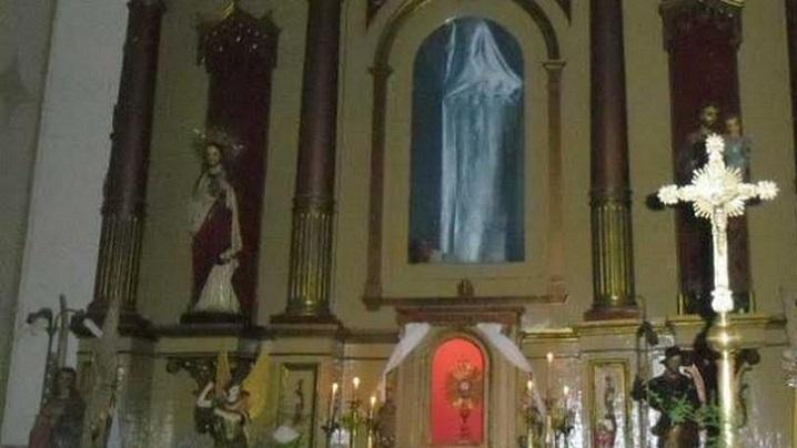 Statuia Fecioarei nu este, dar lumea o vede