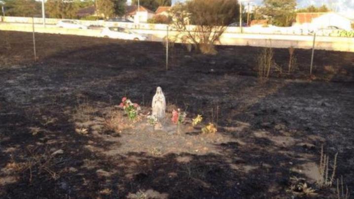 Statuia Fecioarei Maria neatinsă de flăcări