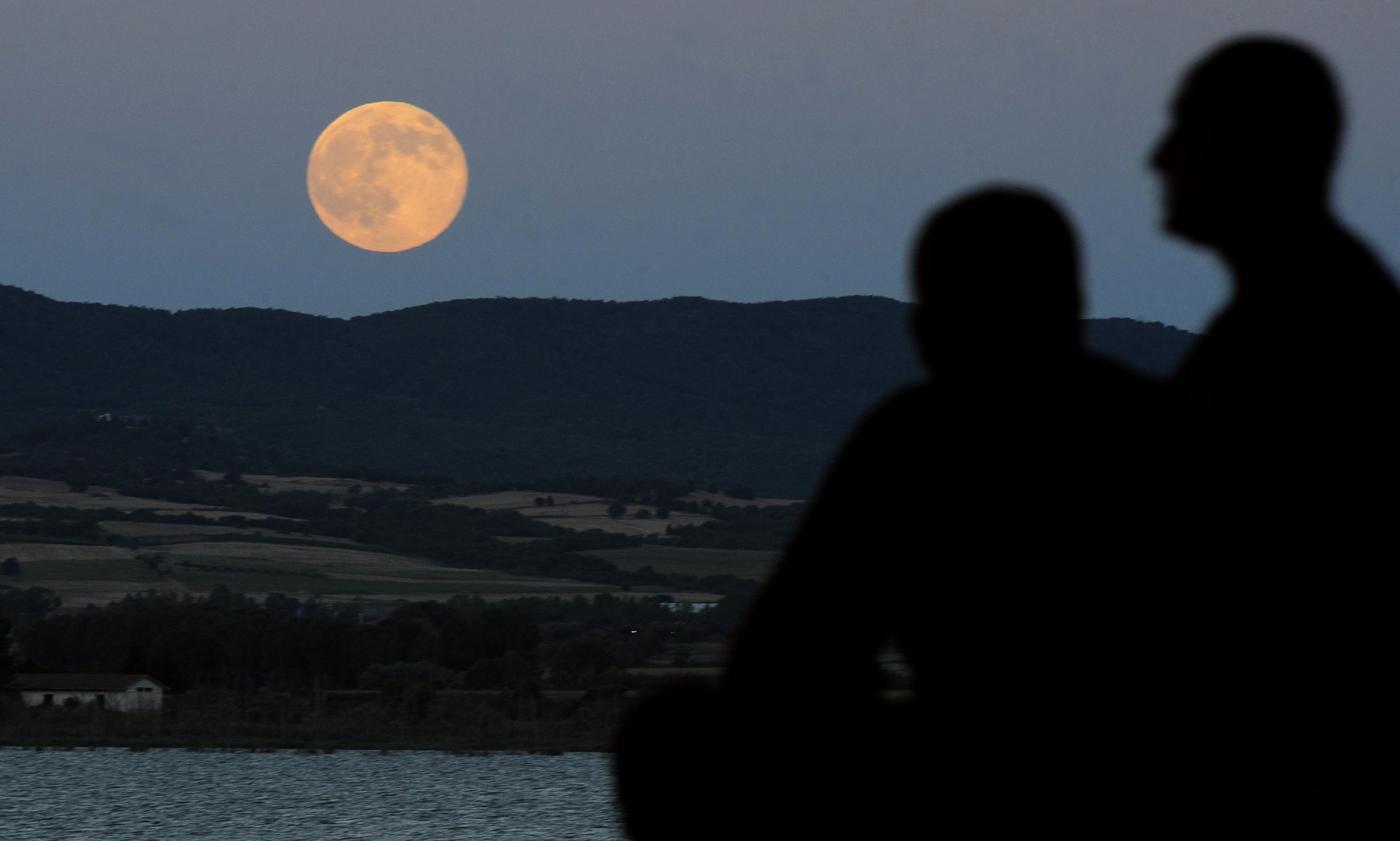 Stele căzătoare? În această noapte vom vedea doar o lună gigant, dacă vremea va permite