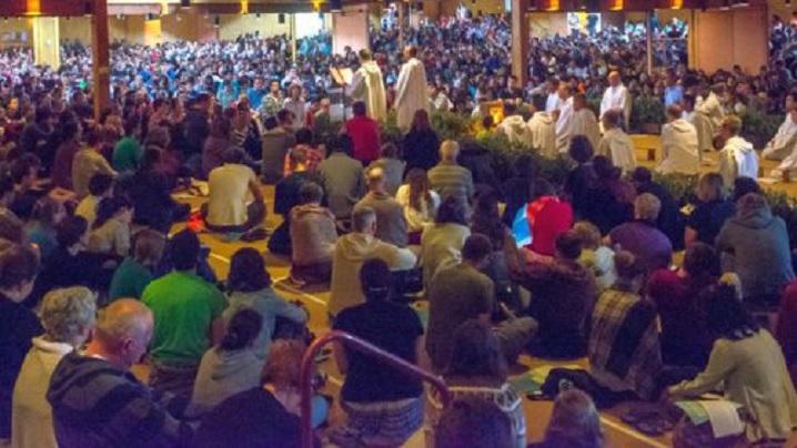 Patru mii de tineri caută simplitatea și frumusețea rugăciunii, la Taizé