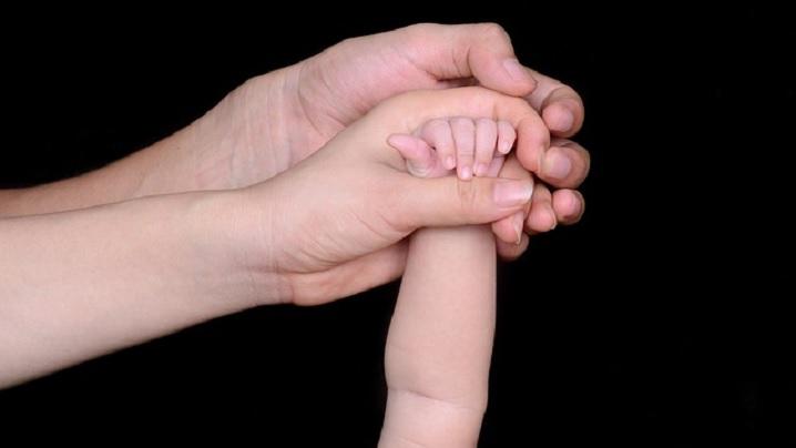 Un cuplu a fost declarat neeligibil pentru adopţie după ce au mărturisit că vor creşte copilul învăţându-l să-şi păstreze curăţia până la căsătorie