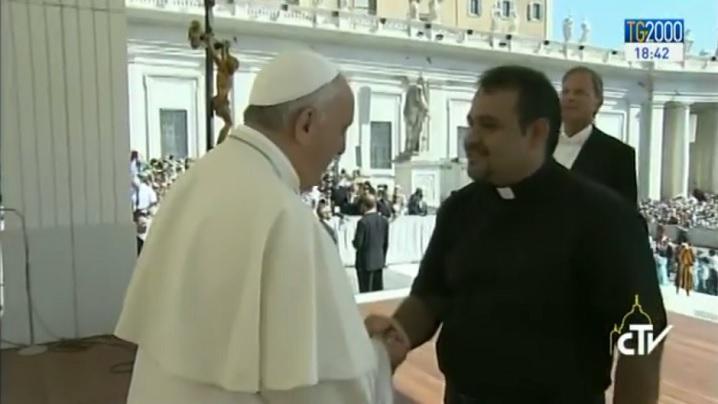 VIDEO: Un martor al atrocităților jihadiste în vizită la Papa