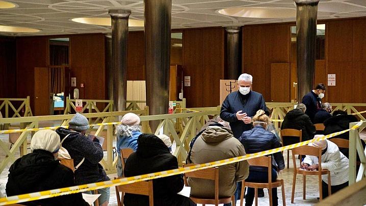 Un prim grup de oameni fără adăpost a fost vaccinat în Vatican cu prima doză anti-Covid