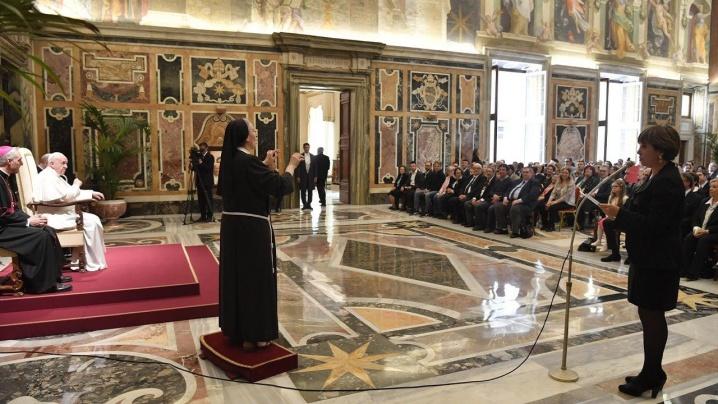 """""""Nimeni exclus"""". Vatican YouTube în limbajul semnelor pentru mesajele şi rugăciunea papei"""