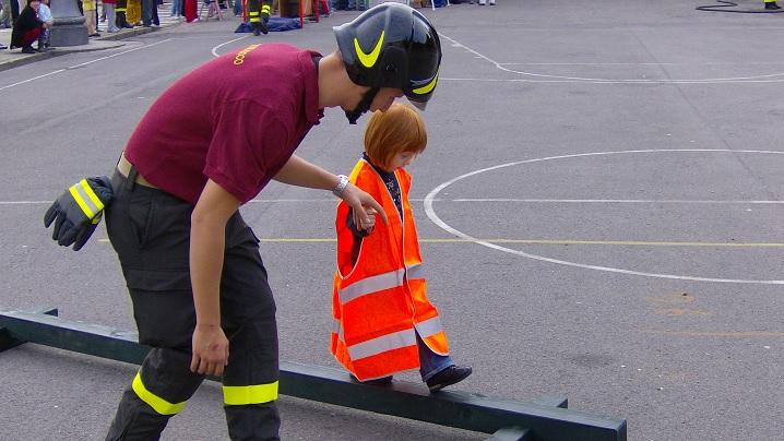 Un pompier adoptă copilul pe care l-a salvat